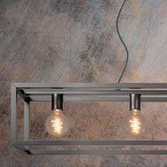De Lucide Hanglamp Oris komt met zijn grote stalen constructie helemaal tot recht in een modern interieur. De vier kooldraadlampen geven een mooi zacht licht. De lamp is in hoogte te verstellen en kan aan de stroomkabel of 2 kabels worden gemonteerd.