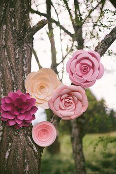 Pendurado flores de papel de um casamento lunático Rustic Floral via de Kara Idéias do partido KarasPartyIdeas.com (26)