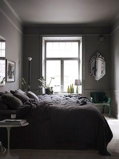 Hva sier du om vegger i mørke toner, grått tak og møbler i sort? De færreste av oss ville tenkt tanken en gang, men noen gjø...
