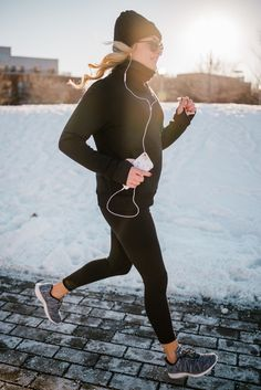 Cold-Weather Workout. Black mock neck pullover+black turtleneck base layer+black sport leggins+grey sneakers+black beanie+black sunglasses. Winter Workout Outfit 2016-17