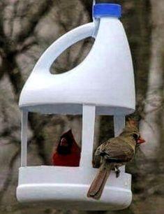 55 New ideas for garden diy recycle crafts Plastic Bottle Crafts, Recycle Plastic Bottles, Diy Arts And Crafts, Home Crafts, Bird Feeder Craft, Homemade Bird Feeders, Bird Houses Diy, Pet Bottle, Diy Recycle