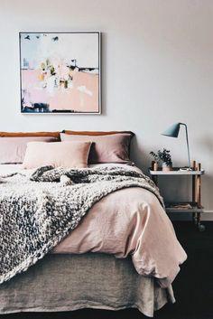 rosa Bettwäsche, hohe lila Blumen, graue Wandfarbe Schlafzimmer ...