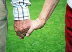 casal da terceira idade passeando de mãos dadas