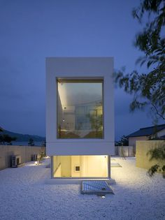 #打造簡約風格居家 來電諮詢:02-2633-9586(博森設計BOSON DESIGN ) 位於日本沿海基地,建築師選擇以長方造型,兼顧「景觀欣賞」與「生活隱私」。靠海一側的大面玻璃牆,讓人在一片湛藍中無限遠眺,靠近馬路一側則以實體牆面阻隔外界的紛擾。 pic via Takao Shiotsuka Atelier