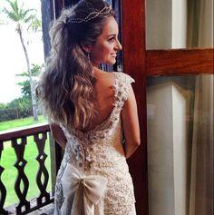 Tão linda! ✨ Nossa noivinha Renata com beleza de Martha Make e vestido #AtelierCarlaGaspar.