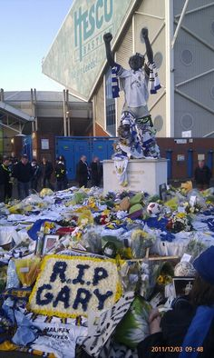 This makes me cry! I'm only 14 and and don't remember him well but I ken how influential he is! Leeds United Football, Leeds United Fc, Football Stadiums, Football Team, Gary Speed, Sir Alex Ferguson, Peacocks, Yorkshire, Cry