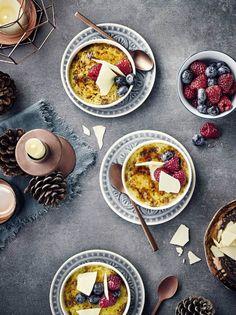 Pistazien Crème Brûlée mit Beeren und weißer Schokolade. #nachtisch #weihnachten #cremebrulee #edeka