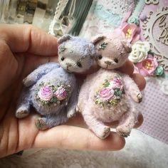 Lily By Tatiana Suglobova - Bear Pile Teddy Bears For Sale, Cute Teddy Bears, Tiny Teddies, Antique Teddy Bears, Teddy Toys, How To Make Toys, Cute Embroidery, Doll Shop, Bear Doll