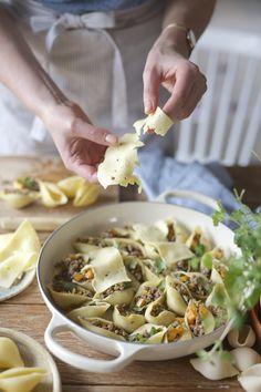 Zapiekany makaron conchiglioni z duszoną dynią piżmową, mięsem i szałwią
