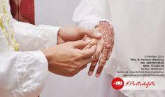 So sweet! hehe.. :D Wita & Hantoro muslim wedding in Jakarta. Wedding photo by defoto. follow twitter @defoto3 | #walimatulursy #wedding #weddingphotography #muslimwedding