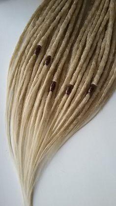 SYNTHETISCHE DREADS MIX BLONDINE Mehr Farben Dreadlocks in meinem Shop https://www.etsy.com/ru/shop/fizzdreads/items 15 Stück = 30 Ende 30 Stück = 60 Ende 45 Stück = 90 Ende 60 Stück = 120 Ende Länge 20-24 Zoll in Form von zwei gefaltet. Da diese nicht Fabrik hergestellt sind alle Maße sind ungefähre Angaben und werden leicht variieren. Farbe: blond Dreadlocks sind aus synthetischem Material Kanekalon gefertigt. Sie können tragen sie b...