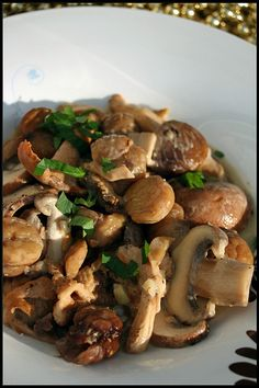 Fried mushrooms and chestnuts in white wine - Cuisine - Meat Recipes Meat Recipes, Healthy Dinner Recipes, Vegetarian Recipes, Cooking Recipes, Food Porn, Healthy Eating Tips, Mushroom Recipes, Stuffed Mushrooms, Fried Mushrooms