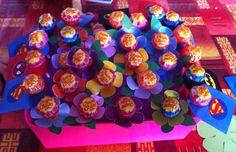 Chupa chups x feste di compleanno. Decorazioni con fiori per le femmine e per i maschi mantelli dei super eroi.