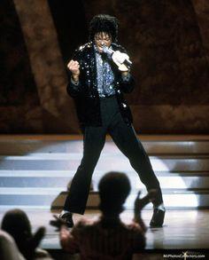 michael+jackson+motown+25 | Michael Jackson Motown 25. Singing Billie Jean.  MOONWALK dance
