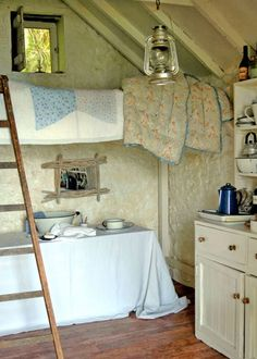 Country cabin with loft bed Country Chic, Country Life, Country Decor, Country Interior, Tiny Spaces, Small Living, Living Spaces, Cottage Style, Cottage Living