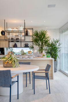 Varanda Gourmet é o destaque do apartamento com vista na Barra - Conexao Decor Contemporary Interior Design, Home Interior Design, Interior Decorating, Home Decor Kitchen, Kitchen Interior, Sweet Home, Dinner Room, Kitchen Island With Seating, Interior Exterior