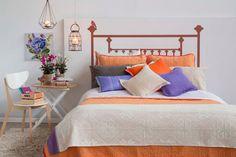Decorar tu pieza sólo se trata de creatividad. Además de vestir tu cama con colores cálidos, puedes complementar el espacio con velas y flores, se verá acogedor y único. Primavera - Verano 2016