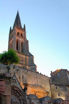 """Saint-Émilion- 1) LEO DROUYN: LE CLOCHER: Pas un touriste ne visite St Emilion sans monter au clocher. Si ce monument n'est pas fort remarquable par ses lignes architecturales, il n'est du moins par son élévation et sa position sur le bord du rocher qui renferme l'église souterraine. """"Il y a à St-Emilion, dit M. Guadet, un monument qui, de tout temps, éveilla la sollicitude des habitants: c'est le clocher gothique élevé au-dessus de l'église monolithe, jamais il ne fut laissé sans…"""
