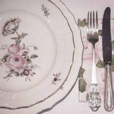 Frijsenborg blek rose #borddekking #vintage #table setting Vintage Table, Table Settings, Plates, Tableware, Licence Plates, Dishes, Dinnerware, Griddles, Dish