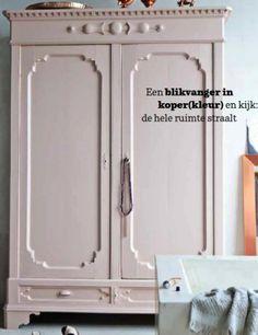 Kast geschilderd in de kleur skin powder van Pure Original. Met een lichtoud groene achterwand. Cedante.nl