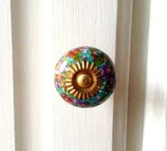 These pretty little 'Splatter' effect ceramic knobs are simply charming. Each is unique, so you can make a big statement with these little knobs. You could also mix and match with the white colour we have! Best used on drawers or small cupboards.