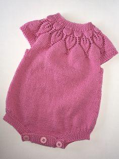 Ravelry: birgittehk's Lille Dahlia Romper Bodystocking til Pige Baby Knitting Patterns, Lace Knitting, Knitting Designs, Baby Patterns, Knitted Baby Clothes, Baby & Toddler Clothing, Baby Romper Pattern Free, Crochet Baby Bonnet, Baby Wearing