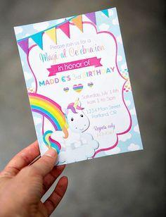 Convite com nuvens, arco-íris e bandeirinhas coloridas.
