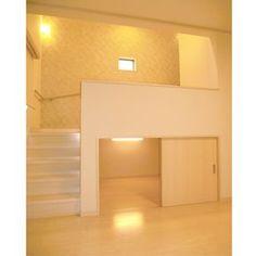 スキップフロアと階段の下は3帖分の大型収納になっています。