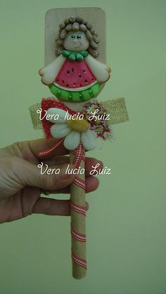 COLHER DE PAU Diy Clay, Clay Crafts, Felt Crafts, Clay Ornaments, Christmas Ornaments, Watermelon Crafts, Jumping Clay, Biscuit, Clay Figurine