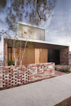4 Price Street House by Yun Nie Chong & Patrick Kosky Photo Bo Facade Design, Exterior Design, House Design, House Cladding, Facade House, Architecture Résidentielle, Recycled Brick, Modern House Facades, Street House