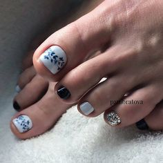 In order to pamper yourself with beautiful nails decorated with a stylish design, it is important to pay special attention not only to the hands, but also to the legs on which to perform the most fashionable pedicure of the season. Pretty Toe Nails, Cute Toe Nails, Gorgeous Nails, Love Nails, Pedicure Designs, Pedicure Nail Art, Toe Nail Designs, White Toenail Designs, Black Pedicure