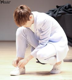 HQ 160605 대전 팬사인회 #민규 #mingyu #세븐틴   You're tying your shoe but why is my heart the one getting tied to you?❤️