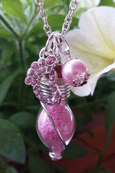 Diese hübsche versilberte Kette ist das ideale Geschenk für Mädchen-Mamas! Mit der rosaroten Perle und den glitzerndem Strassfüschen ist es ein ganz besonderes Schmuckstück.