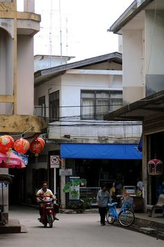 Just wandering the streets of Nathon in Koh Samui, Thailand.     >>> http://search.topthailandhotels.com/City/Koh_Samui.htm