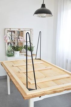 How to make a rustic dining table- Cómo hacer una mesa de comedor rústica How to make a rustic dining table – Leroy Merlin - Hairpin Dining Table, Diy Dining Room Table, Dyi Tables, Party Tables, Furniture Makeover, Diy Furniture, Diy Tisch, Above Kitchen Cabinets, Room Decor