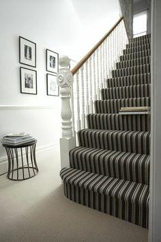 Gestreifter Treppenteppich Illusion für Höhe