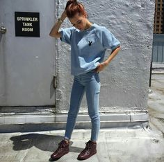 Blue t-shirt, jeans and sneakers