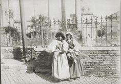 Via della Consolazione (1900 ca) Alle spalle delle due ragazze in costume si riconosce la Chiesa dei Santi Luca e Martina e la Curia Iulia. Santa Lucia, Costume, Italia, Rome, Fotografia, Costumes, Fancy Dress, Saint Lucia, Costume Dress