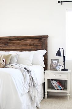 Good Screen Farmhouse Bedding headboard Popular Farmhouse style bedding has a certain feel to it. Light, clean , crisp, neutral and rustic are just Diy Bed Headboard, Headboard Designs, Headboards For Beds Diy, Headboard Ideas, King Size Bed Headboard, Diy Furniture Plans, Farmhouse Furniture, Furniture Movers, Furniture Stores