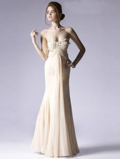 This simple strapless gown has handmade floral embellishments.This gives a delicate, feminine impression.