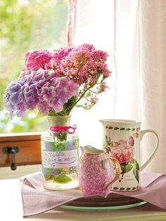 En la cómoda  Bandeja y jarra blanca, en El Siglo. Jarrita rosa, a la venta en Usera Usera. El jarrón lo decoró Dafne Vijande, con papel est...