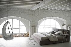 rehabilitación vivienda, paredes y vigas de madera pintadas de blanco, suelo de microcemento