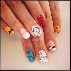 """Un esmalte de uñas muy original, sólo para verdaderos seguidores de la serie de """" Carlitos"""" y Snoopy."""
