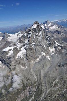 Il versante italiano del Cervino con, da sinistra, i ghiacciai del Leone, di Tyndall, del Cervino e della Forca. La via alpinistica italiana alla vetta, nelle caldissime estati 2003, 2006 e 2015, è stata temporaneamente chiusa per i frequenti crolli di roccia dovuti allo scongelamento del permafrost in profondità.