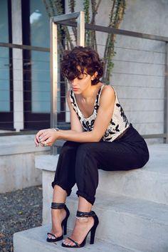 23 Schöne Pixie Curly Frisuren 2017 - - Elizabeth B. Karla Deras, Short Curly Hair, Curly Hair Styles, New Hair, Passion For Fashion, Hair Inspiration, Hair Makeup, Hair Cuts, Cute Outfits