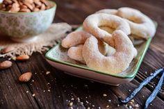 Kokosmakronen - Rezept   GuteKueche.de Cheeseburger Sliders, Bagel, Biscotti, Icing, Almond, Vanilla, Rolls, Bread, Cookies