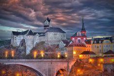 Nenapadá vás, kam si zajet udělat krásný výlet? A co české hrady? Ukážeme vám 30 nejkrásnějších hradů v ČR, které stojí za to navštívit. Cathedral, Mansions, House Styles, Building, Travel, Instagram, Viajes, Manor Houses, Villas