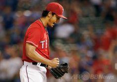 米大リーグ(MLB)、テキサス・レンジャーズ(Texas Rangers)対マイアミ・マーリンズ(Miami Marlins)。最後の打者を三振に仕留め、喜ぶテキサス・レンジャーズのダルビッシュ有(Yu Darvish、2014年6月11日撮影)。(c)AFP/Getty Images/Tom Pennington ▼12Jun2014AFP|ダルビッシュがメジャー初完投初完封、チームの連敗止める http://www.afpbb.com/articles/-/3017515 #Yu_Darvish #Texas_Rangers