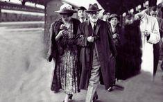 Μαρία Βοναπάρτη, η απόγονος του Ναπολέοντα που παντρεύτηκε τον πρίγκιπα Γεώργιο, αλλά δεν είχαν ερωτική ζωή. Έκανε δύο παιδιά με το Γάλλο πρωθυπουργό και έσωσε τον Φρόιντ από τους Ναζί - ΜΗΧΑΝΗ ΤΟΥ ΧΡΟΝΟΥ Fashion, Moda, Fashion Styles, Fashion Illustrations