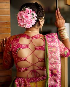 To make it easier for you, we have the top trending beautiful silk saree blouse designs so that you can choose the best for your saree look. Sari Blouse, Blouse Sexy, Latest Saree Blouse, Silk Saree Blouse Designs, Saree Dress, Blouse Patterns, Blouse Designs Catalogue, Sari Design, Blouse Back Neck Designs